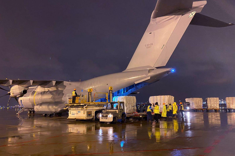 Llega de China el avión militar que trae un millón de test rápidos de coronavirus